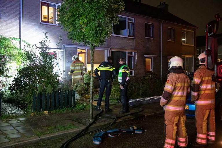 Moeder en twee kinderen gered door politie en brandweer bij woningbrand in Baarn [video]