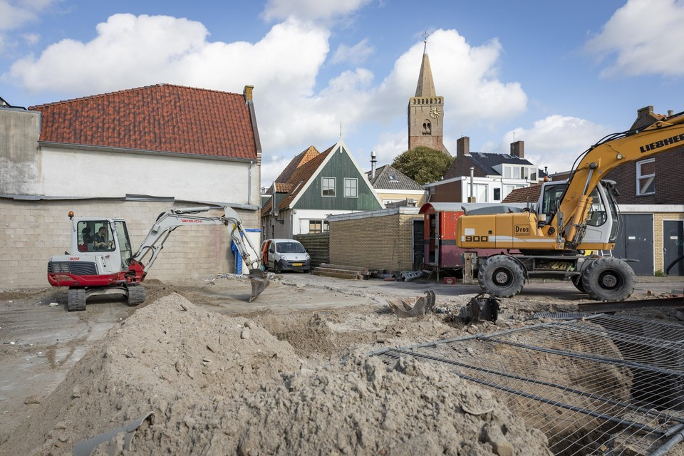Op de onderzoekslocatie wordt de betonnen vloer van de afgebrande discotheek Jelleboog momenteel nog gesloopt.