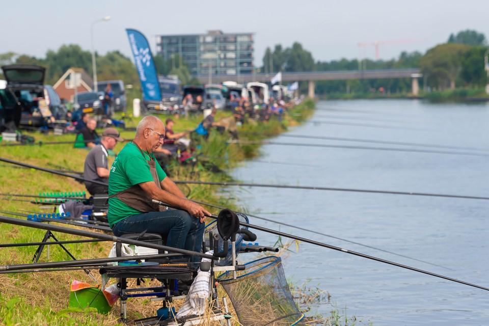 Hengels zover het oog reikt tijdens de viswedstrijd bij Ilpendam.