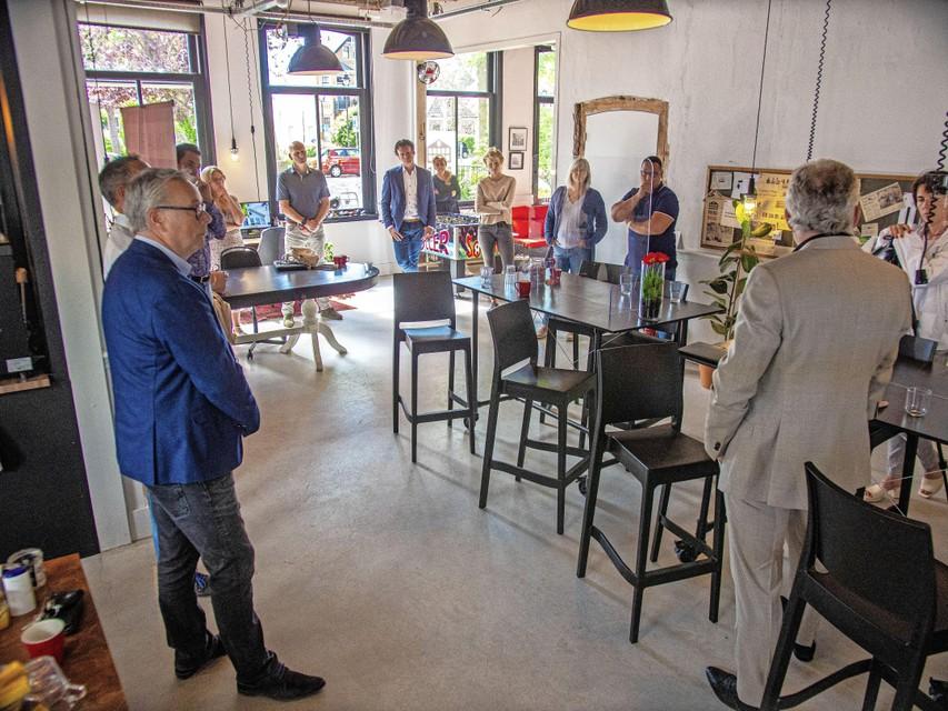 Een groep ondernemers en beleidsbepalers heeft de aandacht bij het verhaal van Peter R. de Vries.