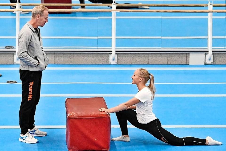 Vincent Wevers overlegt met zijn dochter Sanne tijdens een training.