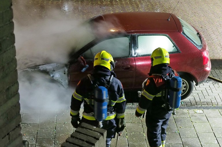 Auto verwoest door brand in IJmuiden