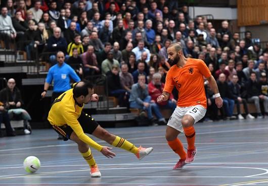 Ook in zaalvoetbalwedstrijd op vijf minuten rijden van huis blinkt international Amir Molkarai uit