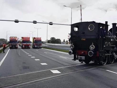 Vandalisme: Museumstoomtram moet Westfrisiaweg oversteken zonder spoorbomen en waarschuwingslichten