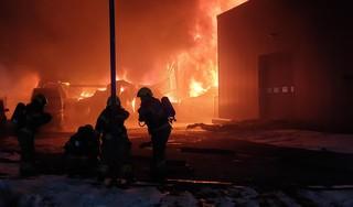 Zeer grote uitslaande brand bij bedrijfspand in Winkel [video & update]