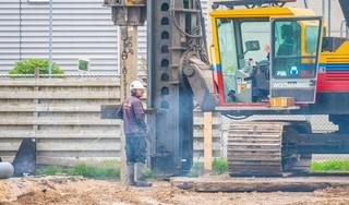 Eerste paal voor nieuwbouw Witte Paal: muntje moet zorgen voor meer geluk na verwoestende brand