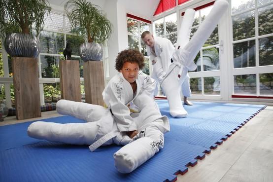 Judoën op anderhalve meter afstand? Dan kan niet. Of toch wel? De Bussumse Judoschool van der Hoek verzon een list: de Judo-Buddy [video]