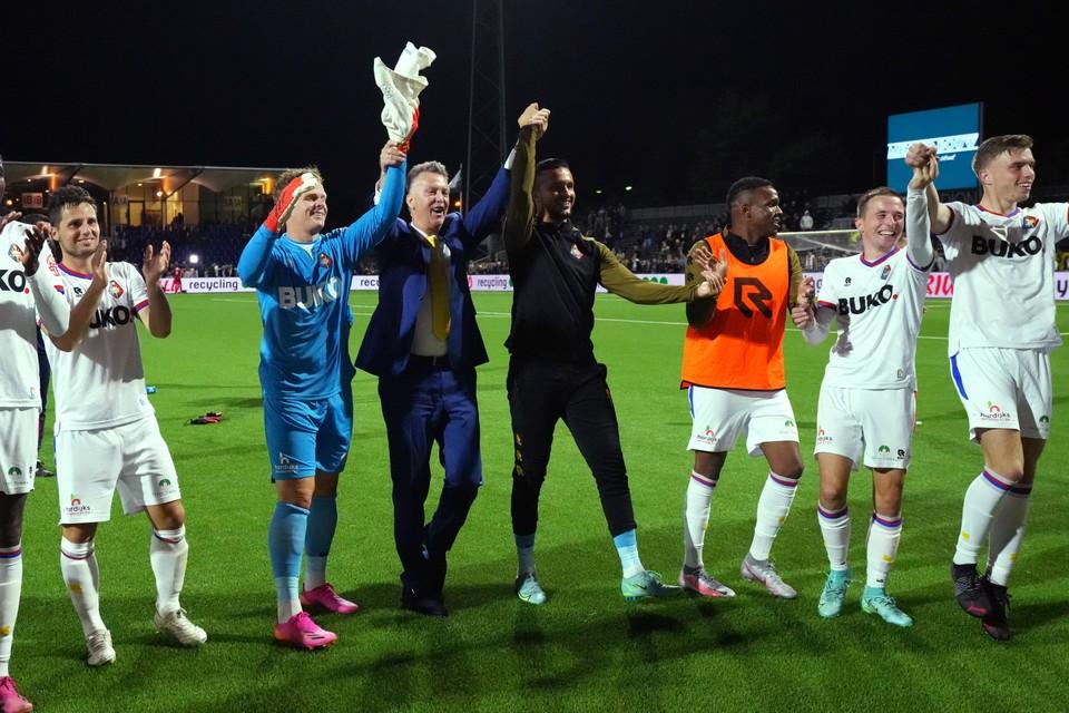 Louis van Gaal viert de overwinning met de spelers van sc Telstar.