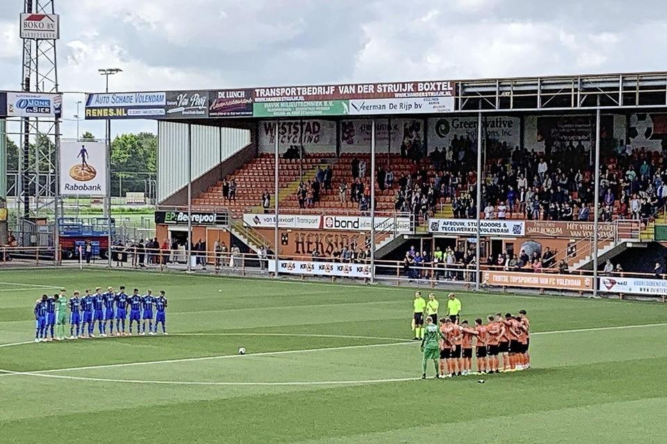 De spelers van FC Volendam en Jong Ajax houden een minuut stilte voor de overleden Ajacied Noah Gesser.