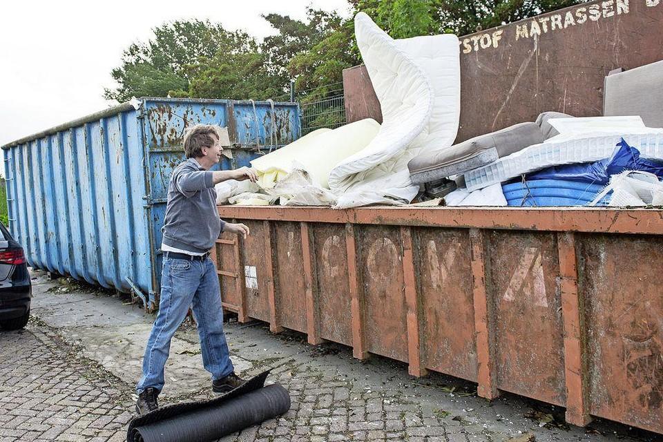 Even een kunststof matras dumpen bij de milieustraat kan niet meer in Monnickendam. Daarvoor moeten Waterlanders naar Purmerend.