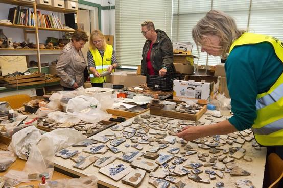 Archeoloog puzzelt met historisch afval