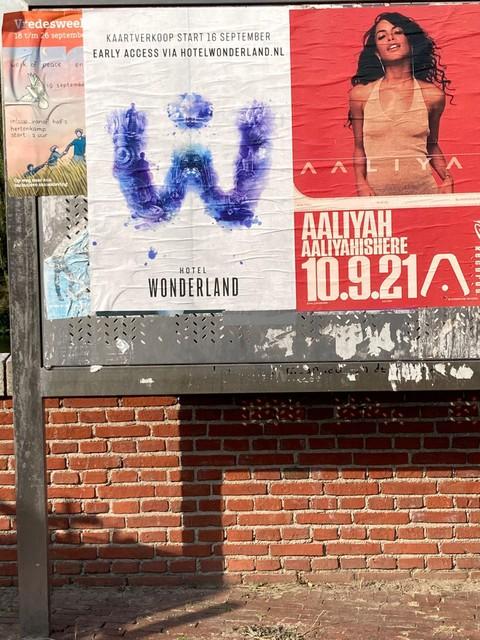 In de stad zijn posters overgeplakt, tot boosheid van de organisatie.