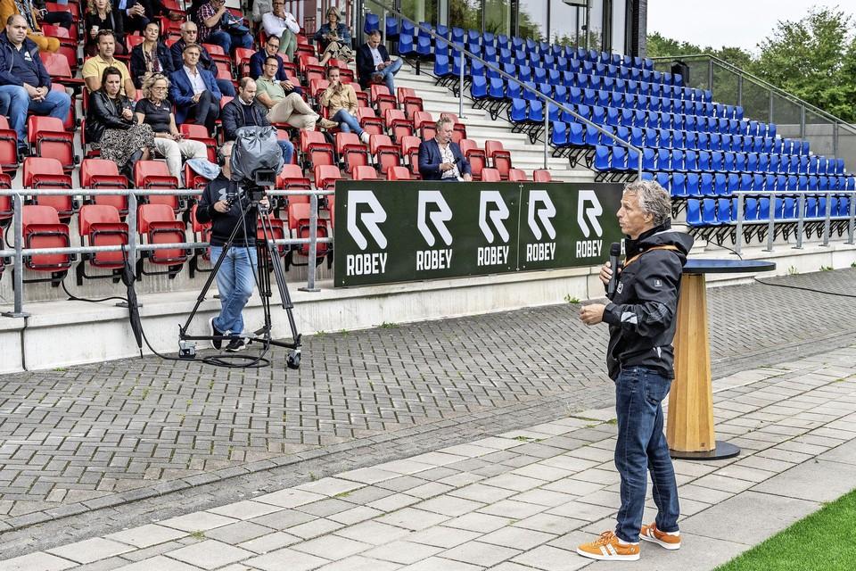 Jan Lammers spreekt in het Telstar-stadion over de autosport.