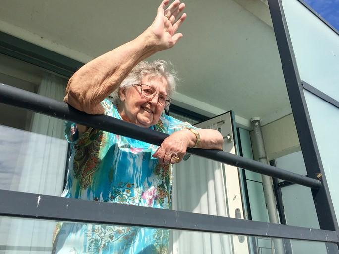 Mevrouw Sluiter wordt 90. En viert dat noodgedwongen alleen. Maar ze klaagt niet. 'Ik krijg hier lekker te eten'. Een interview vanuit de hoogwerker [video]
