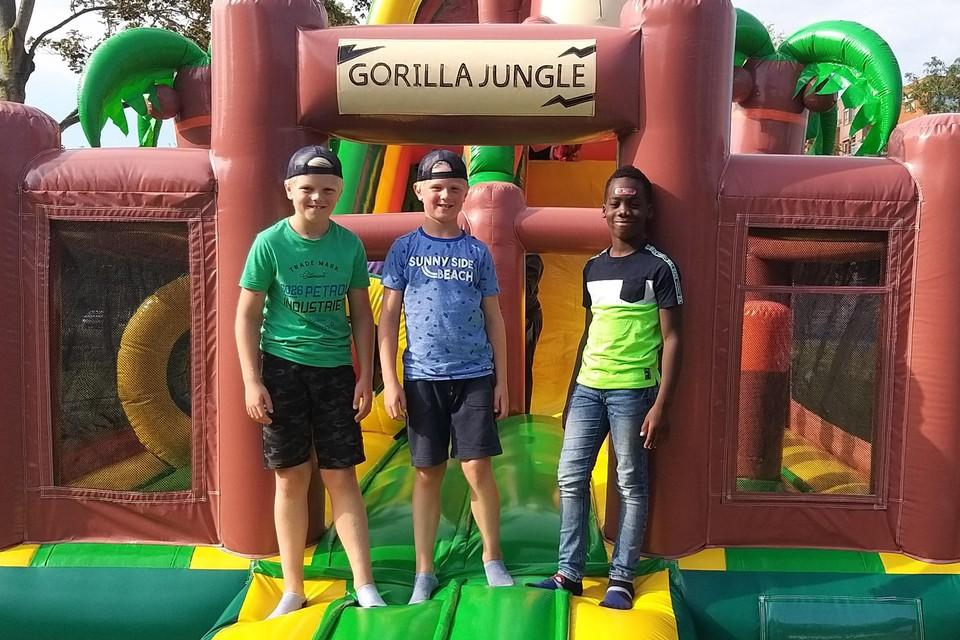 Siem (links), Kick en Chinonso hebben een avontuur meegemaakt op de stormbaan.