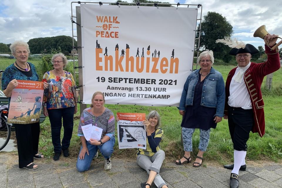 Greet de Groot, Marja Sweerts, Mirjam de Jonge, Dieneke van Tongeren-Schuijt en Louise Kooiman naast de stadsomroeper.