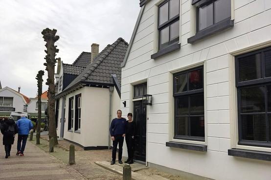 Eeuwenoude bouwval op Texel in stijl hersteld en dat was nog best een uitdaging: 'We wilden eigenlijk renoveren, maar daarvoor vond de aannemer het huis te slecht'