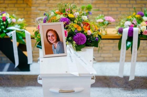 Paar honderd mensen nemen afscheid Anja Schaap