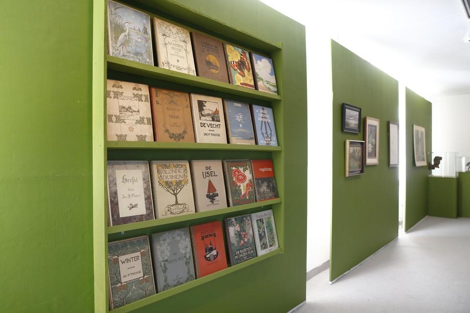 De boekenkast met uitgaven van Jac. P. Thijsse