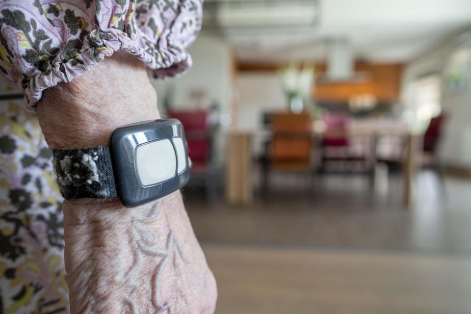 Een polsbandje met wifi-signaal voor bewoners met dementie