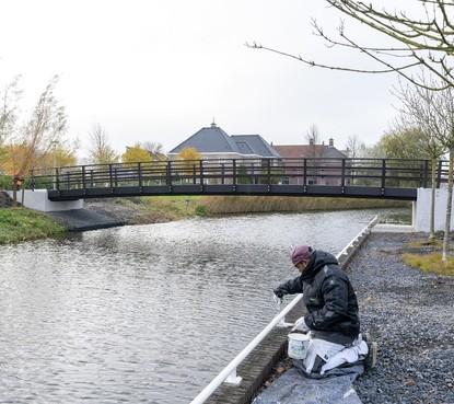 Leerlingen De Koolvlet en De Phoenix in Broek op Langedijk mogen veilige brug over Laansloot openen