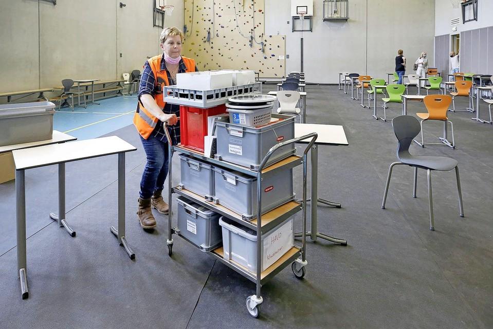 Margot van der Welle richt de zaal voor het VWO-examen in.