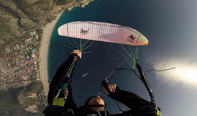 Deze Alkmaarder maakt met een parachute salto's in de lucht en wil wereldkampioen acro paragliding worden, maar heeft zelf hoogtevrees [video]
