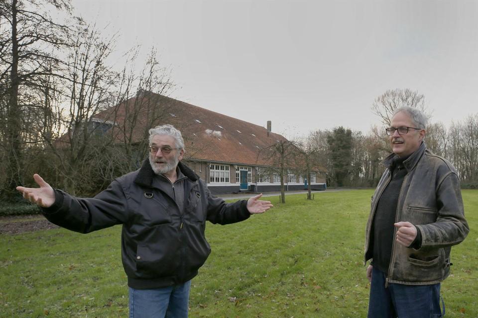 Albert van Bruggen (links) en Peter van Unen zijn twee van de omwonenden die niet blij zijn met het voornemen 160 seizoensarbeiders op het terrein van het Joods Werkdorp te huisvesten.