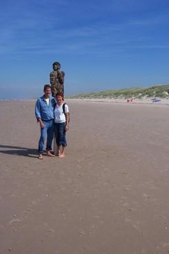 Friezin Aeltjse zoekt de Spijkerman, het beeld van strandpaal 32 in Bergen aan Zee