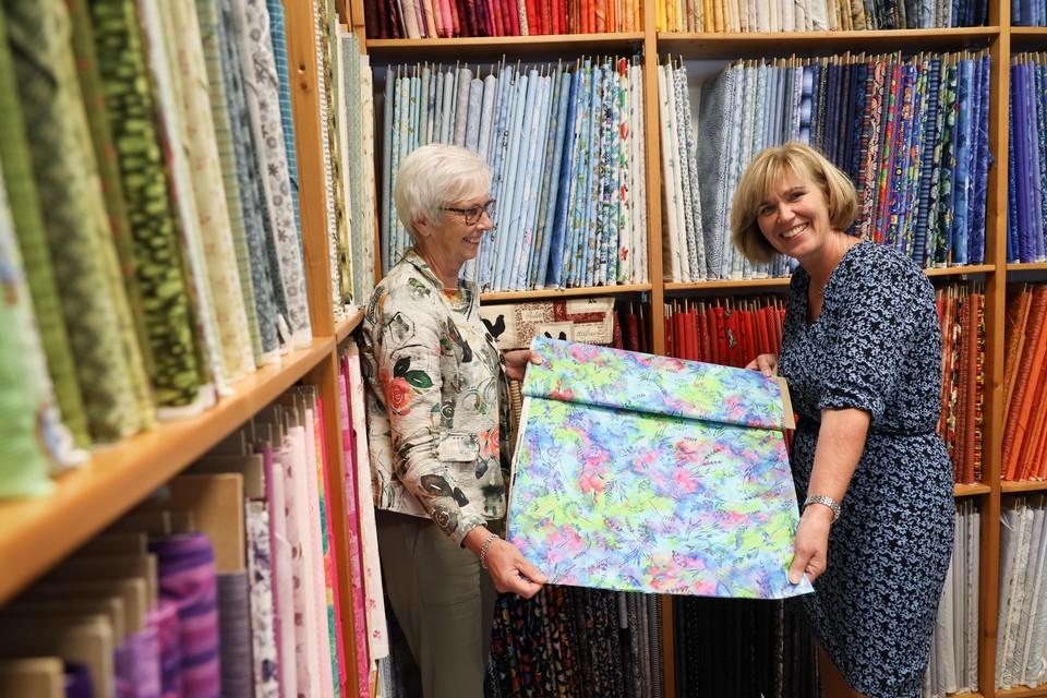 Antje Veltrop (links) en opvolger Marieke Grondman-Groot in de quiltwinkel in Grootebroek.