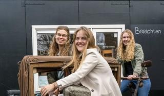 Woningcorporatie Van Alckmaer eert de bijzondere Bloemwijk, die wordt gesloopt, met een kunstwerk. 'We hebben een bankje van een bewoonster die veel betekende voor de wijk. Zij is helaas overleden'
