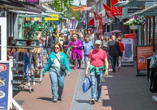Wie niet wil wachten, heeft in het overdekte winkelcentrum Eggert in Purmerend niets te zoeken; stroom publiek blijkt prima te handhaven