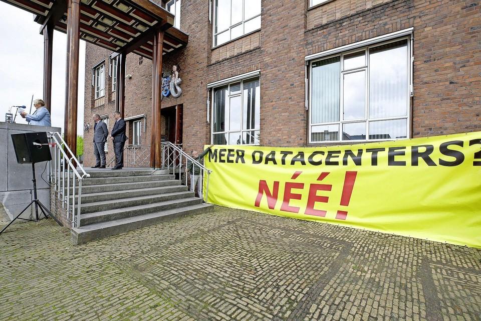 Muriël van Nieuwenhuijzen van Data non Grata op het spreekgestoelte vlak voor de overhandiging van de petitie. Achter haar de wethouders Theo Meskers en Theo Groot.