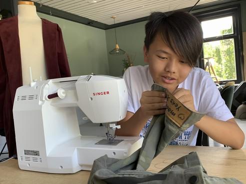 Yens uit Venhuizen zit tijdens de Samenloop voor Hoop klaar voor kleine herstelklusjes