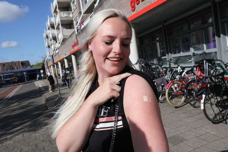 """Amber Commandeur heeft de vaccinatie in de arm gekregen: ,,Lekker makkelijk, dat het hier in de wijk ook kan."""""""
