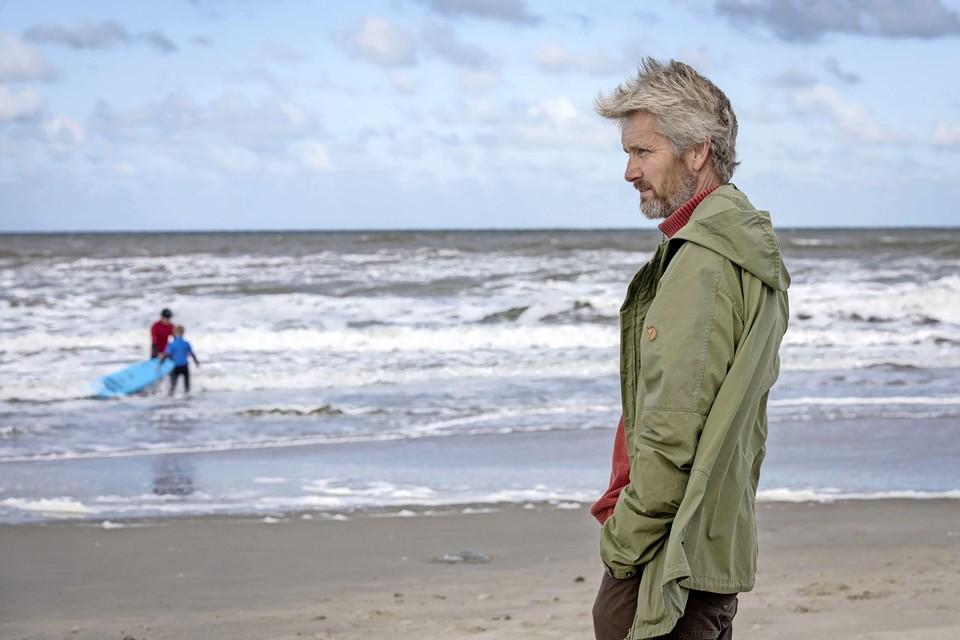 René Jager neemt een kijkje bij Juniorclub van de surfschool bij Paal 9.