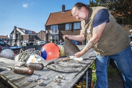 Fragmenten van neergestort Brits vliegtuigwrak in Bergense duinen brengen slagveldarcheoloog in tranen