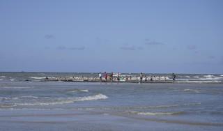 Vermiste zwemmer die kinderen wilde helpen aangespoeld op strand [video]