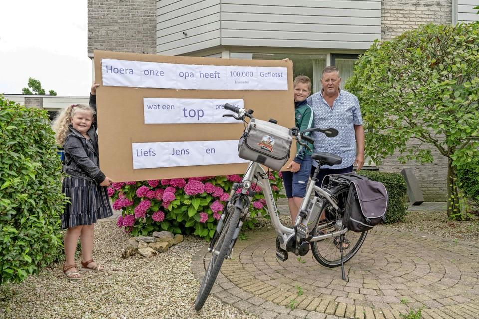 Ook kleinkinderen Fem (links) en Jens zijn trots op hun fietsende opa Leo de Pee.