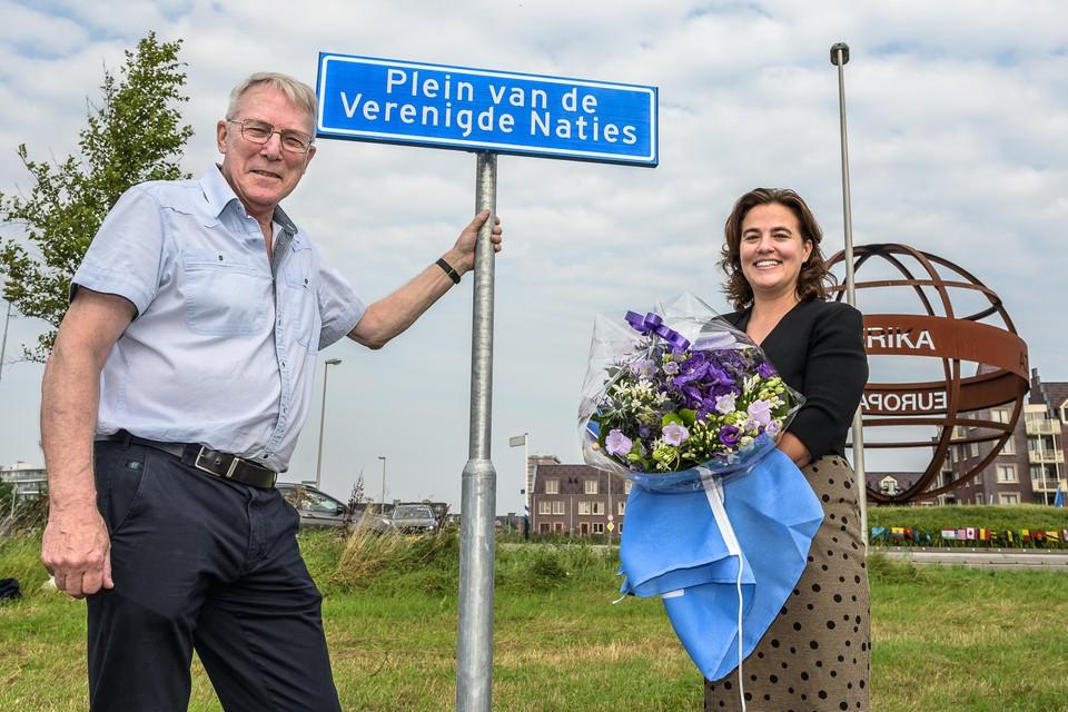 Ed Bierhuizen van het Gilde Purmerend en wethouder Evelien Tijmstra na de onthuldiging.