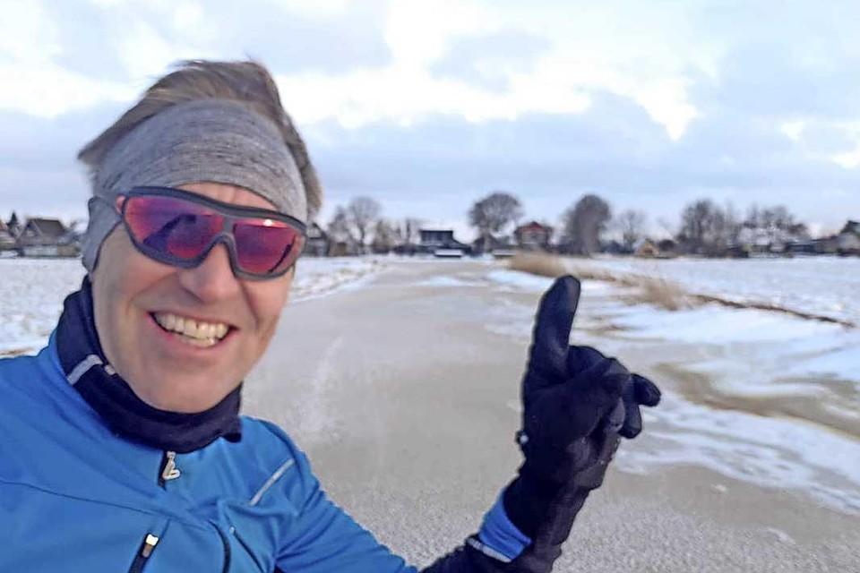 André Klaver staat dinsdagochtend als eerste op de schaats tussen Ilpendam en Watergang. Met een minder goede afloop deze keer.