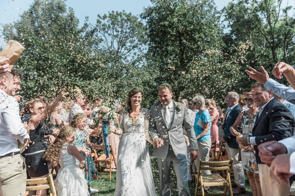 Sonja en Johan kozen voor natuurlijke confetti op hun bruiloft.