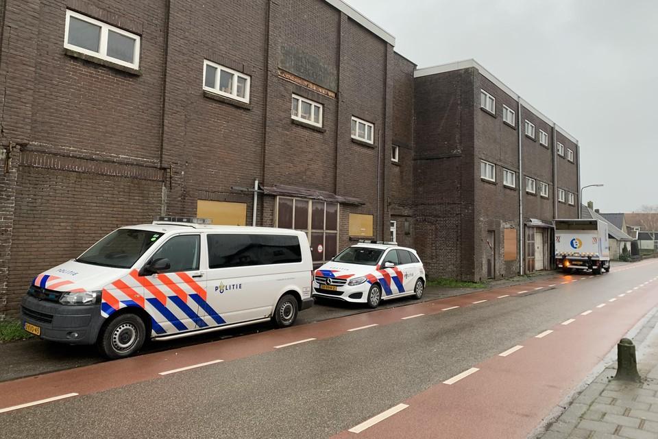 Politieauto's bij de Oude Maalderij in Berkhout, kort na de ontdekking van een verborgen ruimte met een hennepplantage erin.