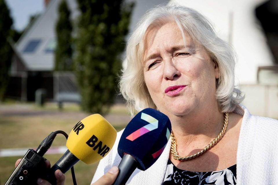 Burgemeester Schuurmans van Lingewaard staat in 2018 de pers te woord over een man die met zijn auto het gemeentehuis was binnengereden.