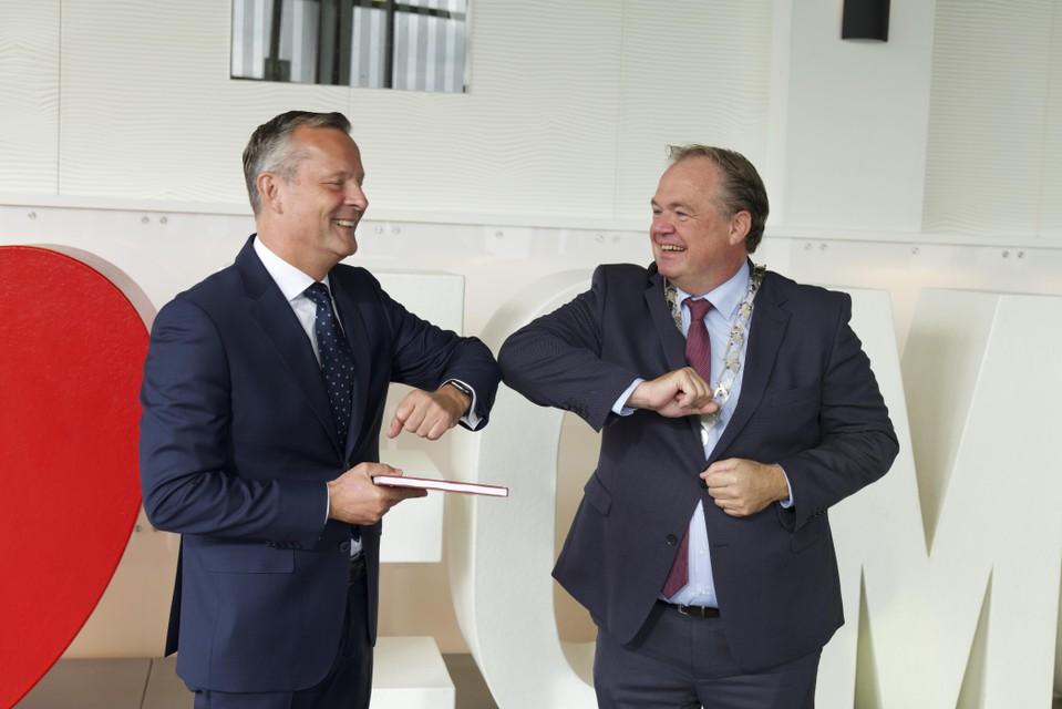 Commissaris van de Koning Arthur van Dijk neemt van burgemeester Lars Voskuil de 'Canon van Egmond' in ontvangst voorafgaand aan de Statenvergadering in Hotel Zuiderduin.