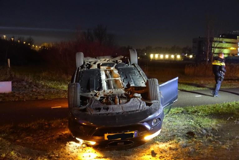 Auto belandt op de kop langs afrit van A8 bij Zaandijk