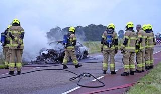 Brandende auto aangetroffen langs N508 bij Oterleek; BMW blijkt gestolen en gedumpt, eigenaar beloofde 5000 euro voor gouden tip