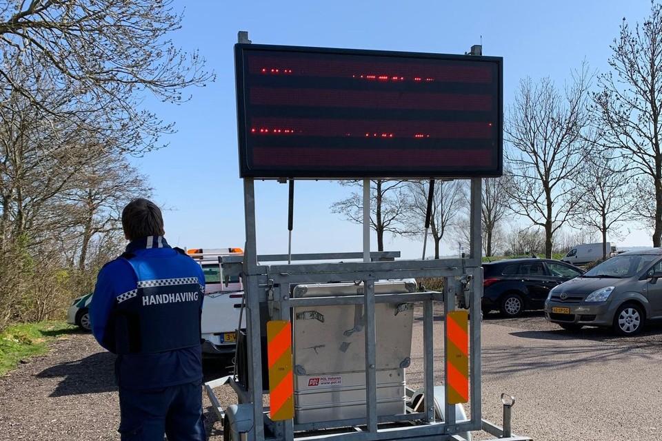 De gemeente Medemblik plaatst tekstborden bij de Vooroever waarmee bezoekers wordt gewezen op de noodzaak afstand te houden.