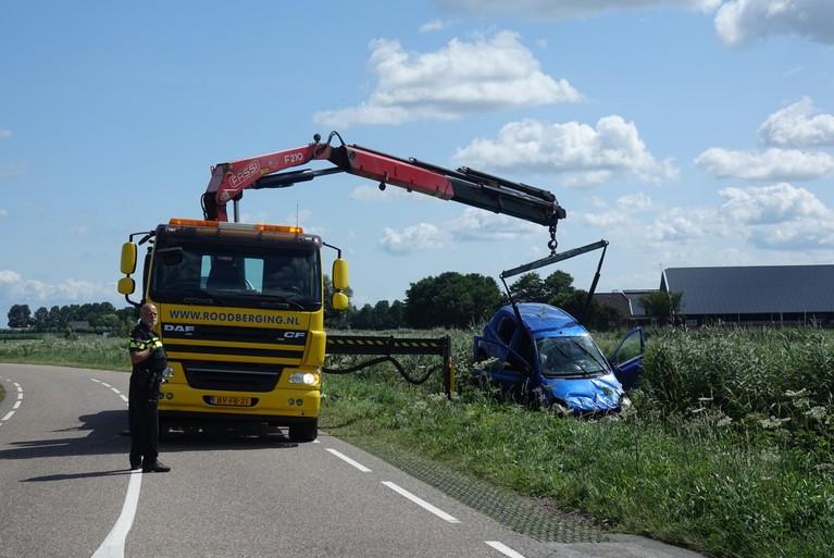 Auto te water langs Broerdijk in Oostwoud; inzittenden geholpen door omstanders
