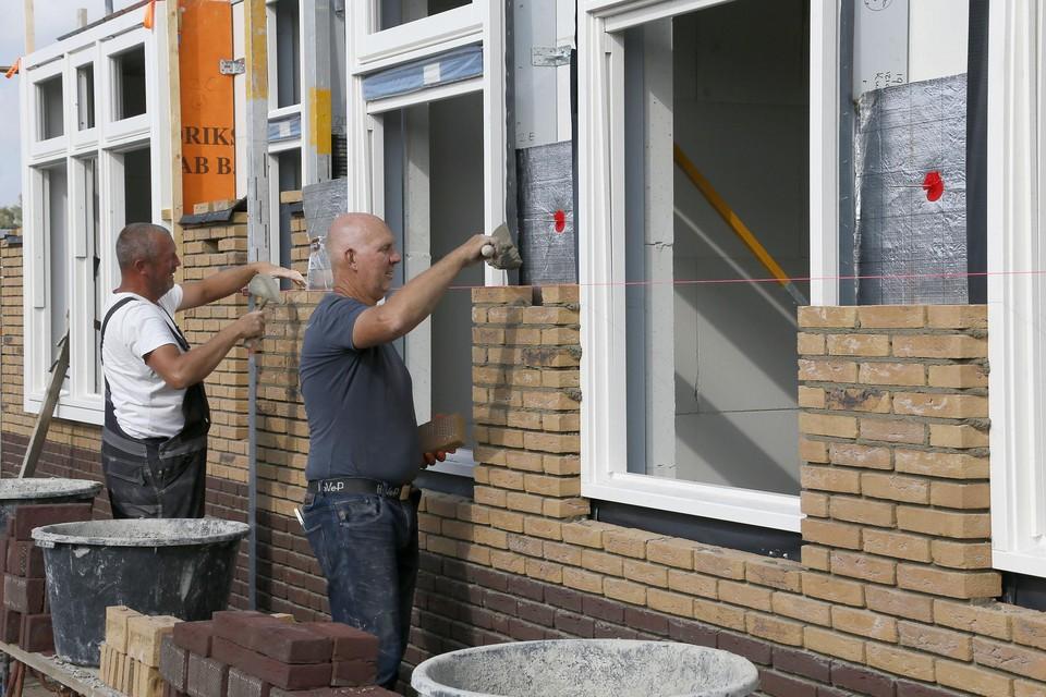 Metselaars zijn druk bezig aan de nieuwbouw in 't Zand-Noord, een van de woningbouwplannen in de gemeente Schagen dat lekker opschiet.